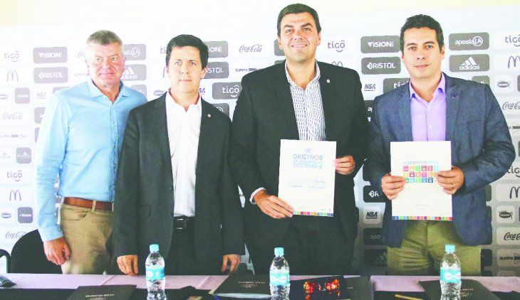 Vientos de satisfacción. Miguel Brunotte (izq.) junto a Marco Trovato y representantes de la Red Pacto Global. El tesorero destacó el gran repunte financiero del Rey de Copas