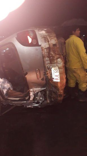 Micro chocó en pleno viaducto y produjo vuelco de un vehículo