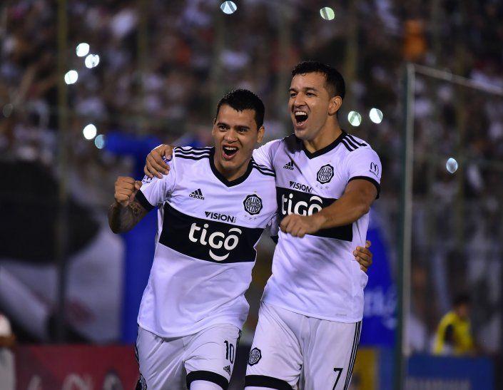 Los jugadores Mendieta y Camacho.