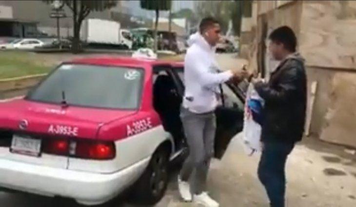 Cecilio sorprendió a los fanáticos bajándose de un taxi en las puertas de Coapa