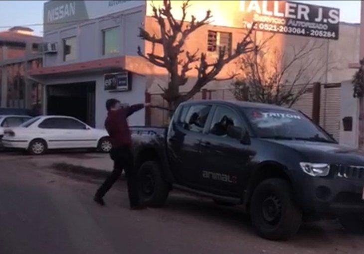 El momento de furia del policía que atacó el auto de un médico