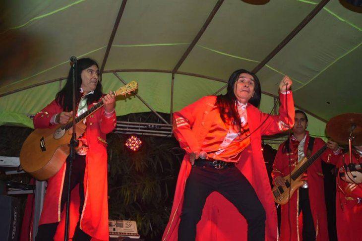 The Fenders cantó la Vaca Lola.