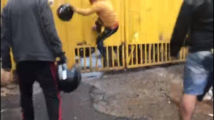 Los motociclistas descargaron su furia contra el portón de Aduanas