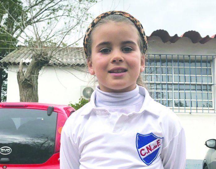 Goleadora. Mahia es la primera niña en jugar y marcar un gol en el clásico infantil charrúa.