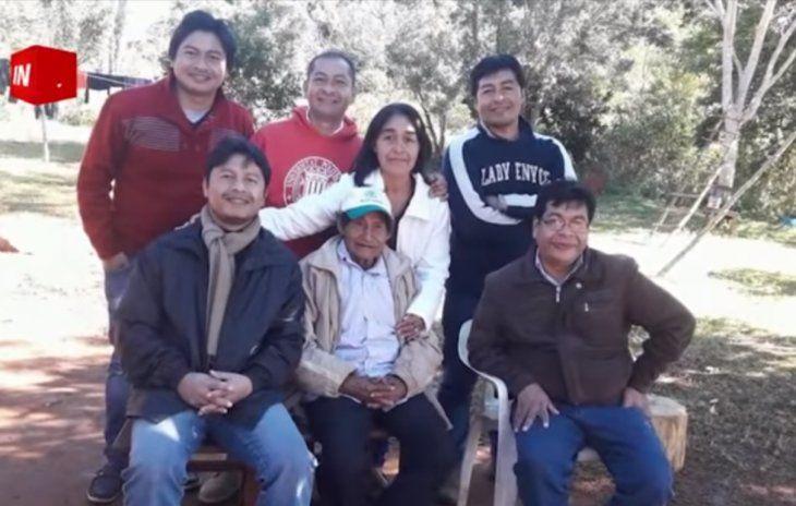 Los cinco hermanos en compañía de sus padres.
