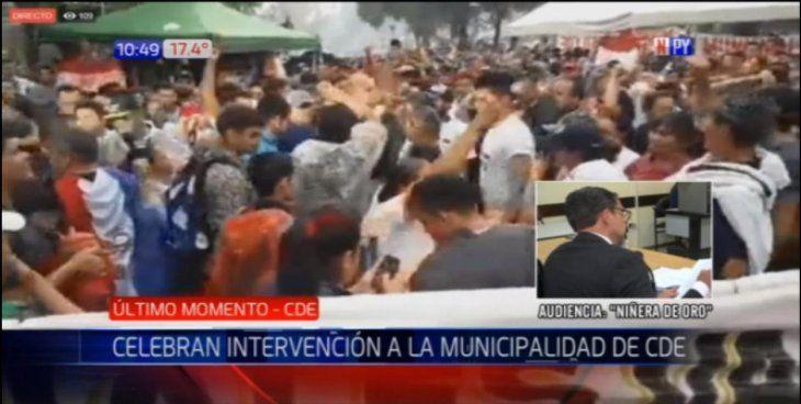 Un grupo de esteños celebra la decisión de la Junta