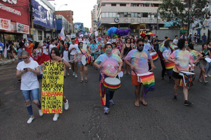 Demandan a locales por echar a parejas gays que se miman