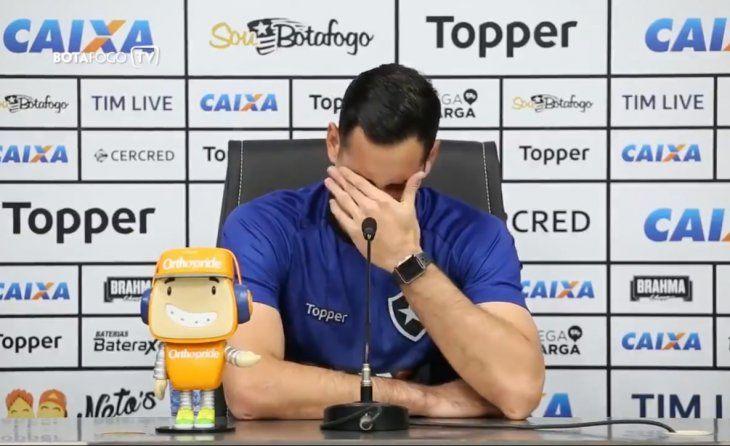 Roberto Jr. Fernández no pudo evitar llorar en conferencia cuando se refirió a su prolongada lesión. Foto: Captura de Pantalla.