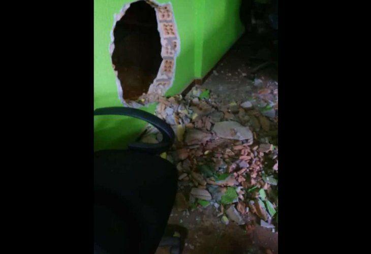 Por este agujero salieron los concejales luego de la sesión.