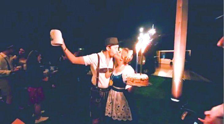 Sol y Patrick disfrutaron de la rubia espumante en la fiesta de cumpleaños.