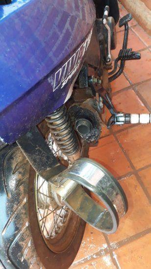 El caño de escape de la moto fue cortado.