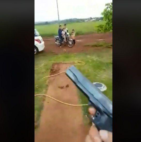 El hombre apuntó con su arma a toda la familia por considerarla sospechosa. Los niños miraban asustados.