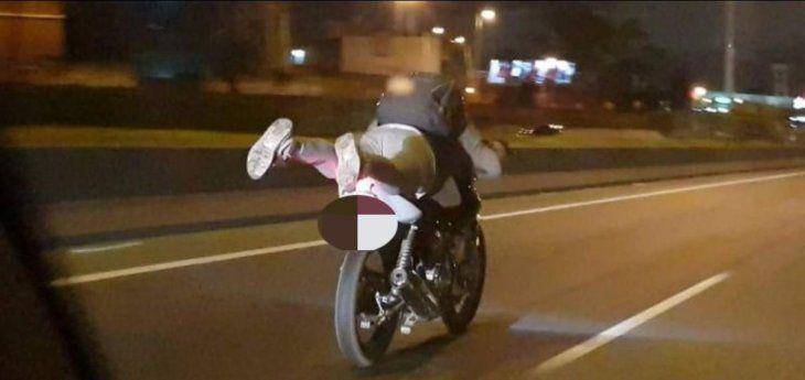 El joven hacía plancha sobre la moto. (Ilustración).