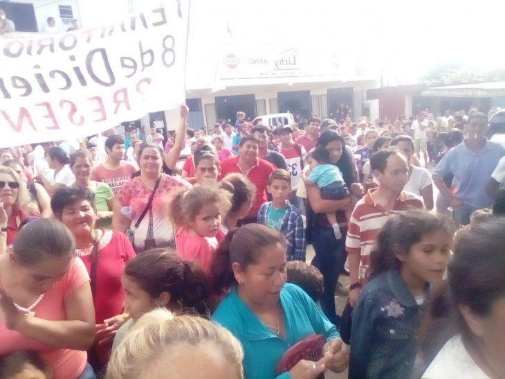 Colorados se agolparon frente a la Municipalidad de Limpio para evitar que los concejales liberales salgan.