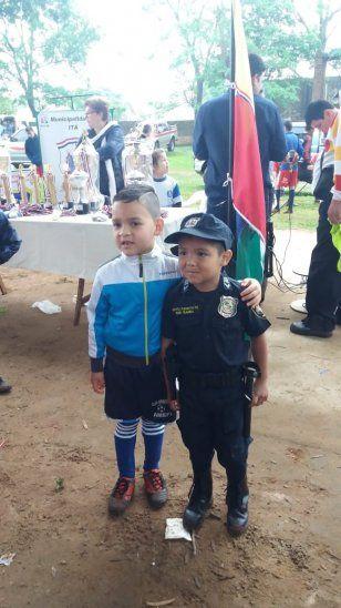 Edgar e Iker, dos heroes uniformados en Itá