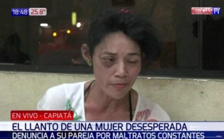 La mujer dijo que no abandonará la comisaría hasta que se detenga a su ex.
