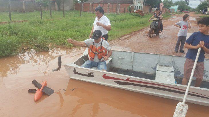 Vecinos simulan pescar en calle inundada de Concepción
