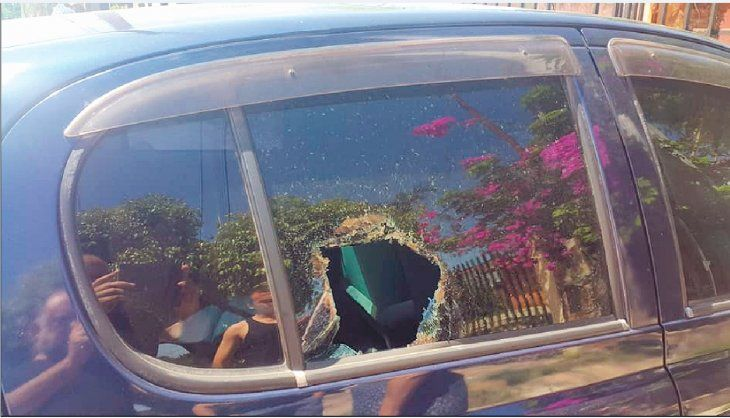 Una toalla usaron para envolver algún objeto contundente que rompió la ventanilla. La dejaron en el asiento trasero.