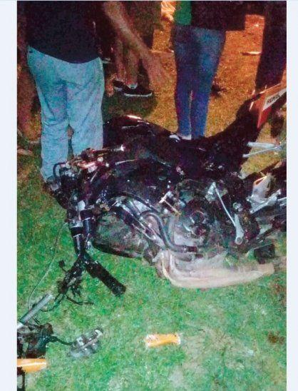 La moto y el auto quedaron destrozados.