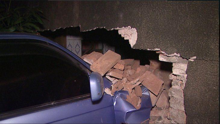 La camioneta quedó incrustada por el muro.