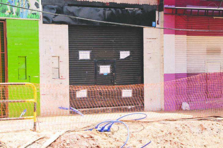 La mayoría de los locales quedaron desalquilados por culpa de los trabajos en la zona. Hay muchos carteles de alquilo.