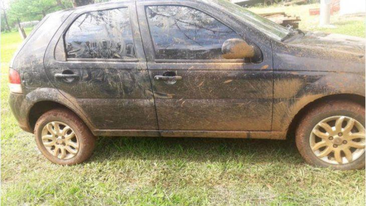 El auto del supuesto agresor quedó atascado en el barro y tuvo que huir a pie con su acompañante