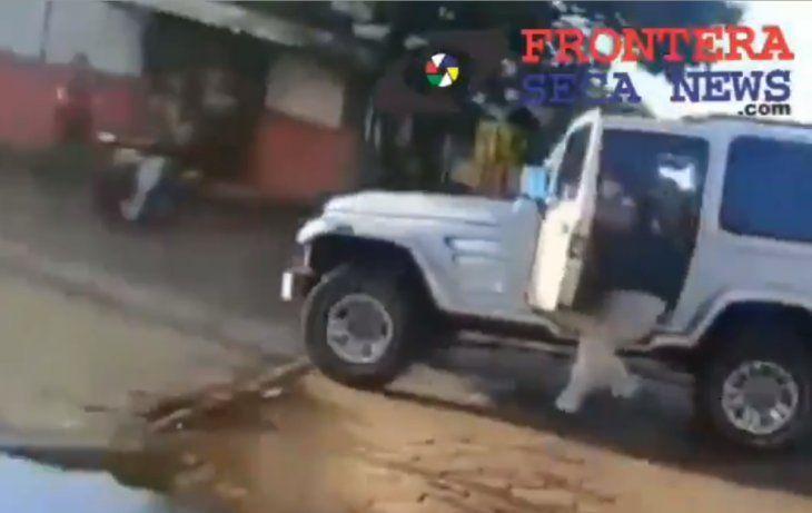 El poli fue arrastrado por el vehículo blanco ante la atenta mirada de sus camaradas.