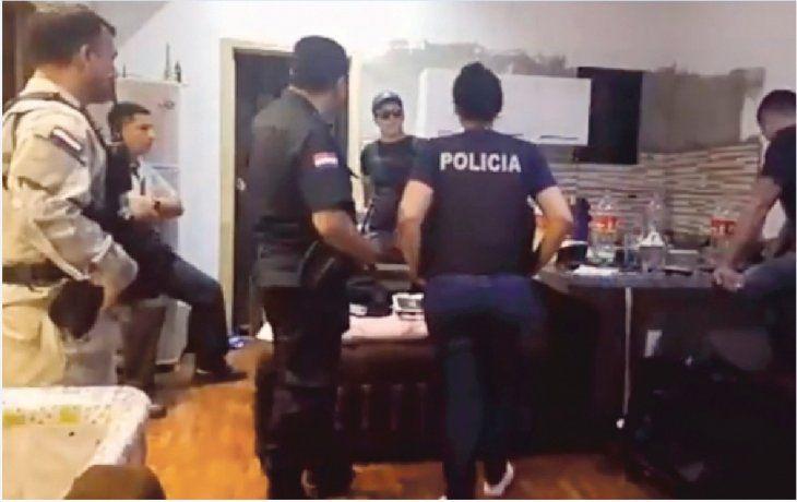 Durante varias horas los policías intentaron convencerlo