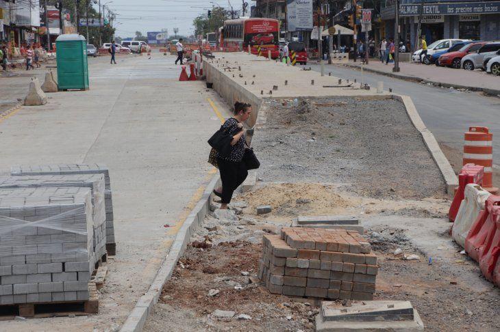 La ciudad quedó devastada por las obras inconclusas del proyecto. Los comerciantes y pobladores están muy afectados.