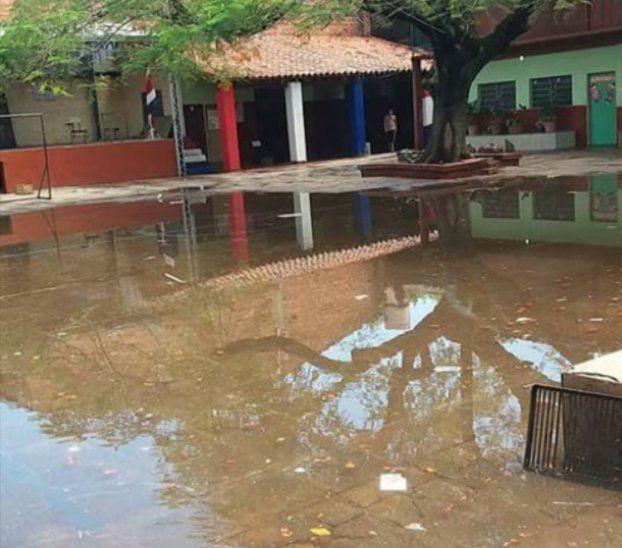 Las aguas inundaron gran parte del centro educativo.