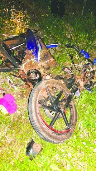 La familia iba en moto y fue arrollada por una camioneta.