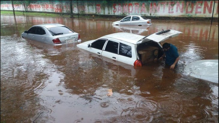 Varios autos quedaron en medio del lago que se formó cerca del Centro Regional de Educación (Foto:http://radioconcierto.com.py).