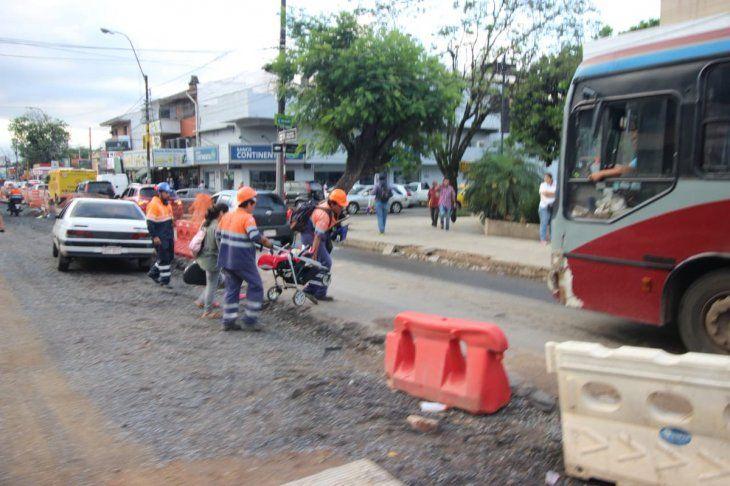 Obreros de Metrobús ayudan a bebé a cruzar ruta afectada