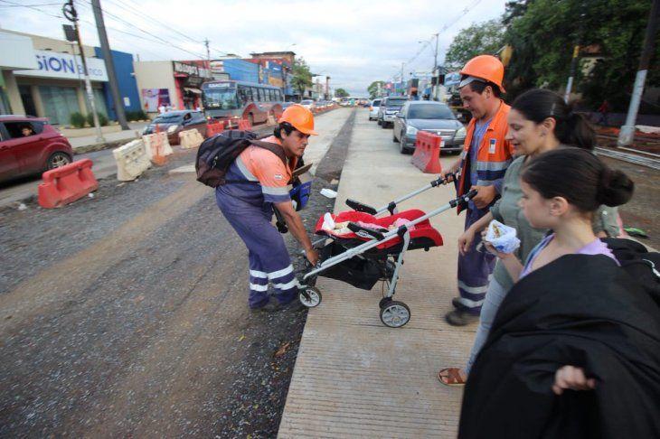 Los obreros alzaron el carrito del bebé y lo llevaron al otro lado de la ruta (Fotos: @mopcparaguay).