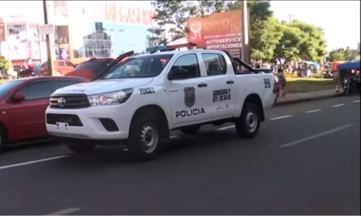 Los policías intervinieron y fueron agredidos; el hombre también pateó la patrullera