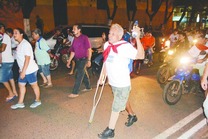 La imagen lo dice todo: el hombre con su botella de agua a un lado y al otro su muleta. En la pierna derecha se oberva su prótesis.