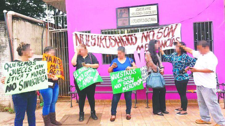 SE MANIFESTARON. Un grupo pidió justicia frente al Juzgado de la Niñez y la Adolescencia de Alto Paraná.