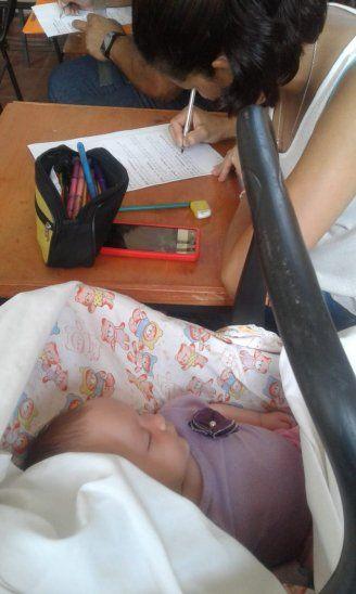 La beba dormía plácidamente mientras su mamá rendía Filosofía.