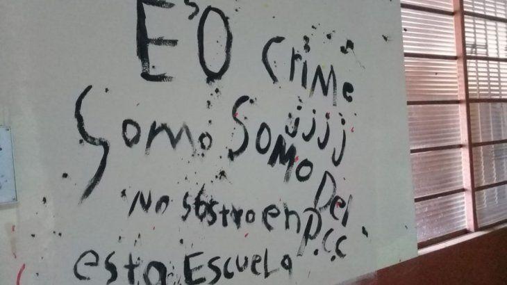 Varios grafitis dejaron en las paredes de la institución.