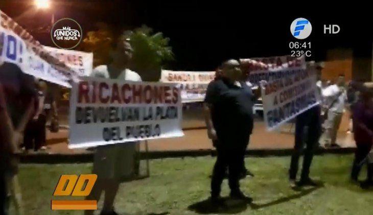Grupos a favor y en contra del intendente liberal se encontraron ayer en el microcentro de Pedro Juan Caballero.