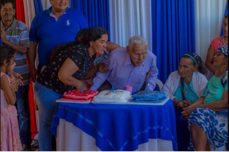 Le hicieron tres tortas al veterano del Chaco; cada una con un color de la bandera paraguaya.