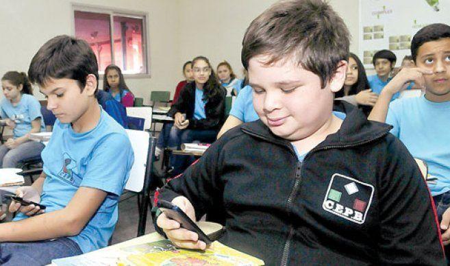 Quieren prohibir a alumnos el uso de celulares en aulas