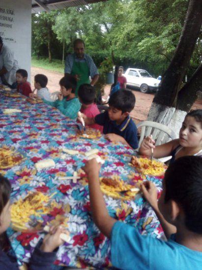 Unos 80 niños participaron de la comilona ayer en el día de todos los santos.