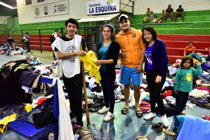 ALEGRE VOLUNTARIO: Ronald Olmedo (blanco) estuvo repartiendo ropas y víveres a las más de 350 familias afectadas por las inundaciones en la ciudad de San Ignacio.