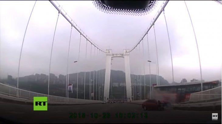 Un automovilista filmó el momento en que el colectivo cayó al río.