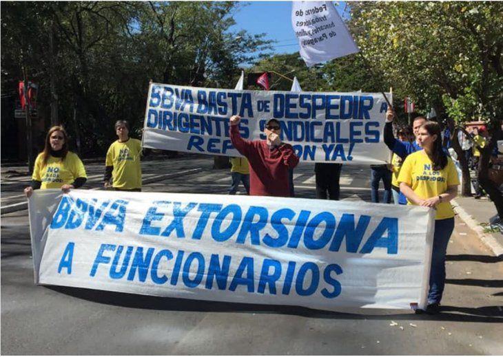 Movilización: Los funcionarios habían protestados por despidos.