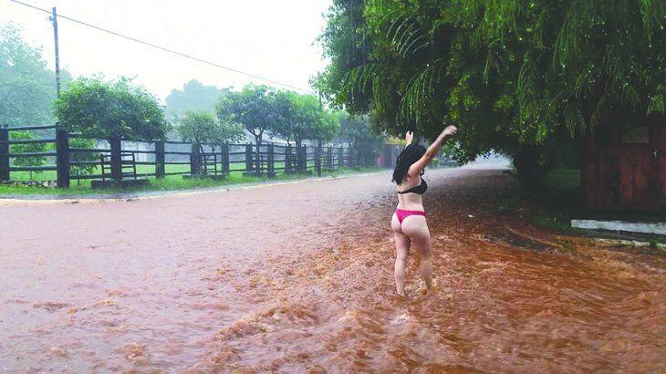 ¡APARECIÓ LA MISS RAUDAL! Desfiló en bikini en la tormenta