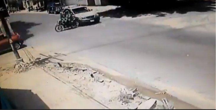 Los motociclistas se salvaron pero de puro milagro de ser arrastrados.