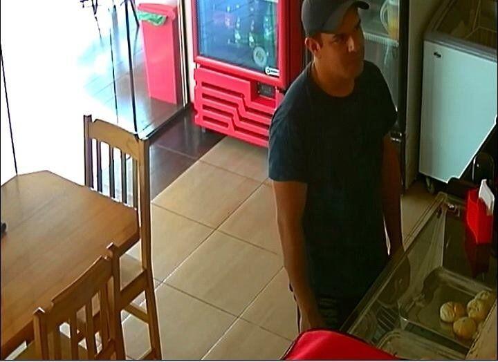 Este es el cliente sinvergûenza que llegó al local y huyó sin pagar.