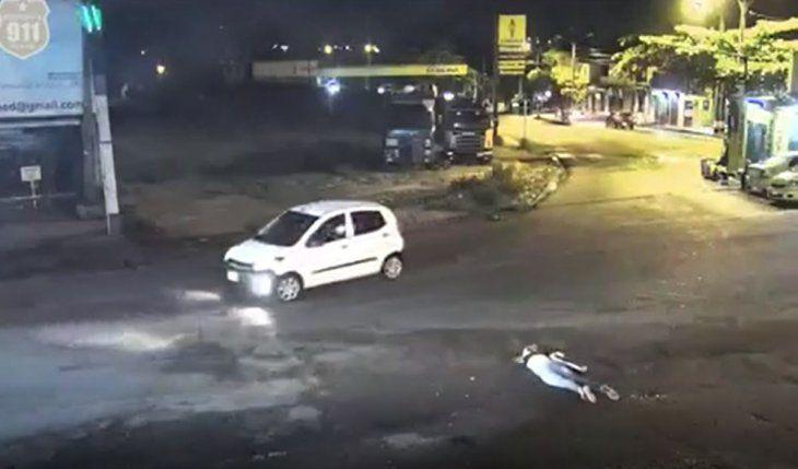 Nélida Gómez quedó tendida en el suelo luego de que un auto la arrollara.